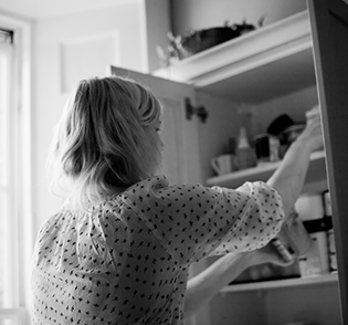 Ménage, garde d'enfants, courses... Comment les hommes et les femmes se répartissent les travaux domestiques depuis la mise en place de la réforme des 35h ?